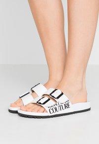 Versace Jeans Couture - Pantofole - bianco ottico - 0