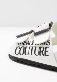 Versace Jeans Couture - Pantofole - bianco ottico - 2