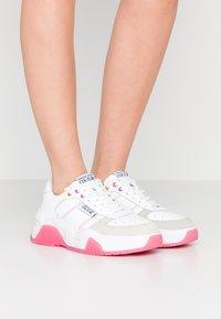 Versace Jeans Couture - LINEA FONDO FIRE ONE - Trainers - bianco ottico - 0