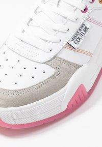 Versace Jeans Couture - LINEA FONDO FIRE ONE - Trainers - bianco ottico - 2