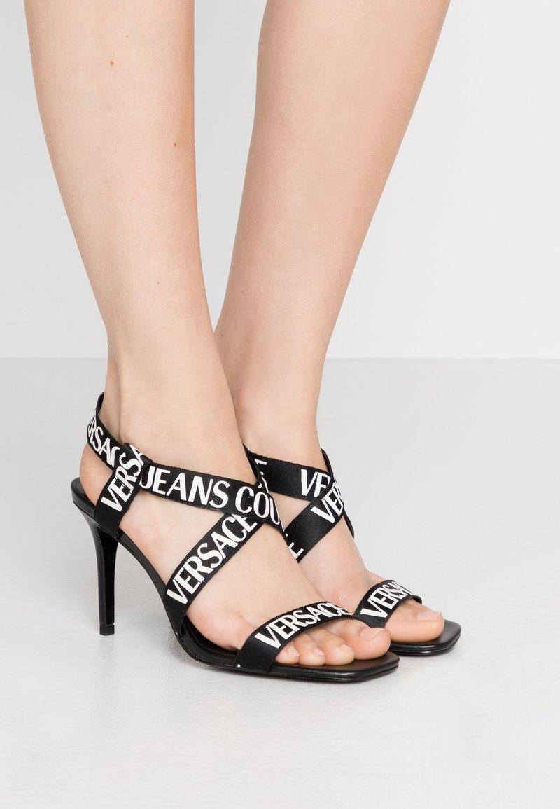 Versace Jeans Couture - LINEA FONDO EMILY - Sandały na obcasie - nero