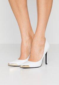 Versace Jeans Couture - Lodičky na vysokém podpatku - bianco ottico - 0
