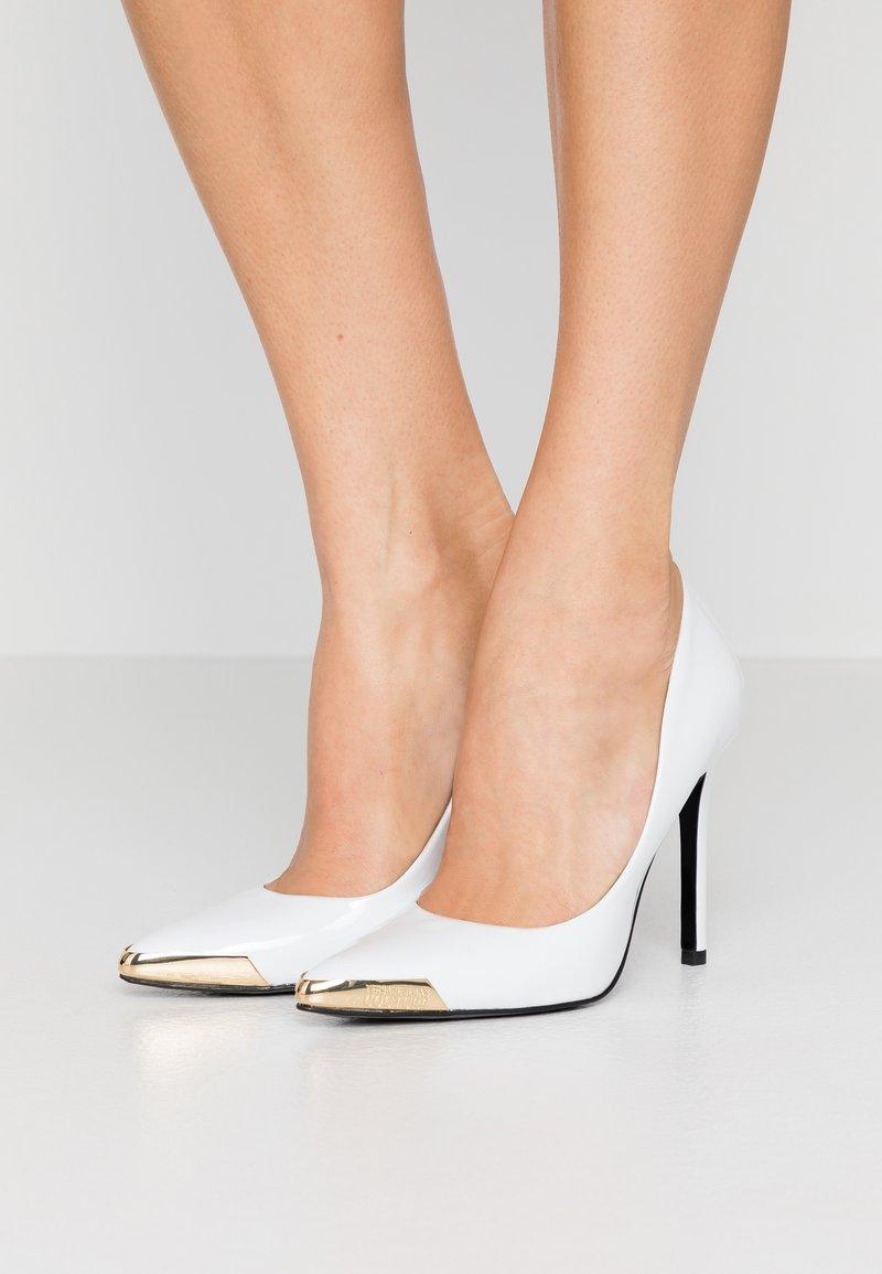 Versace Jeans Couture - Lodičky na vysokém podpatku - bianco ottico