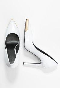 Versace Jeans Couture - Lodičky na vysokém podpatku - bianco ottico - 3