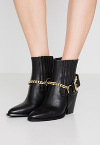 Versace Jeans Couture - Cowboy/biker ankle boot - nero - 0