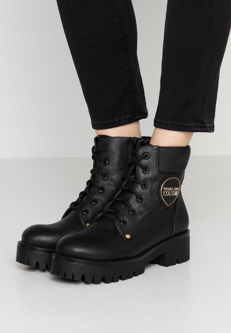 Versace Jeans Couture - Šněrovací kotníkové boty - nero
