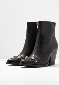 Versace Jeans Couture - LINEA FONDO CAMPEROS - Nilkkurit - black - 4