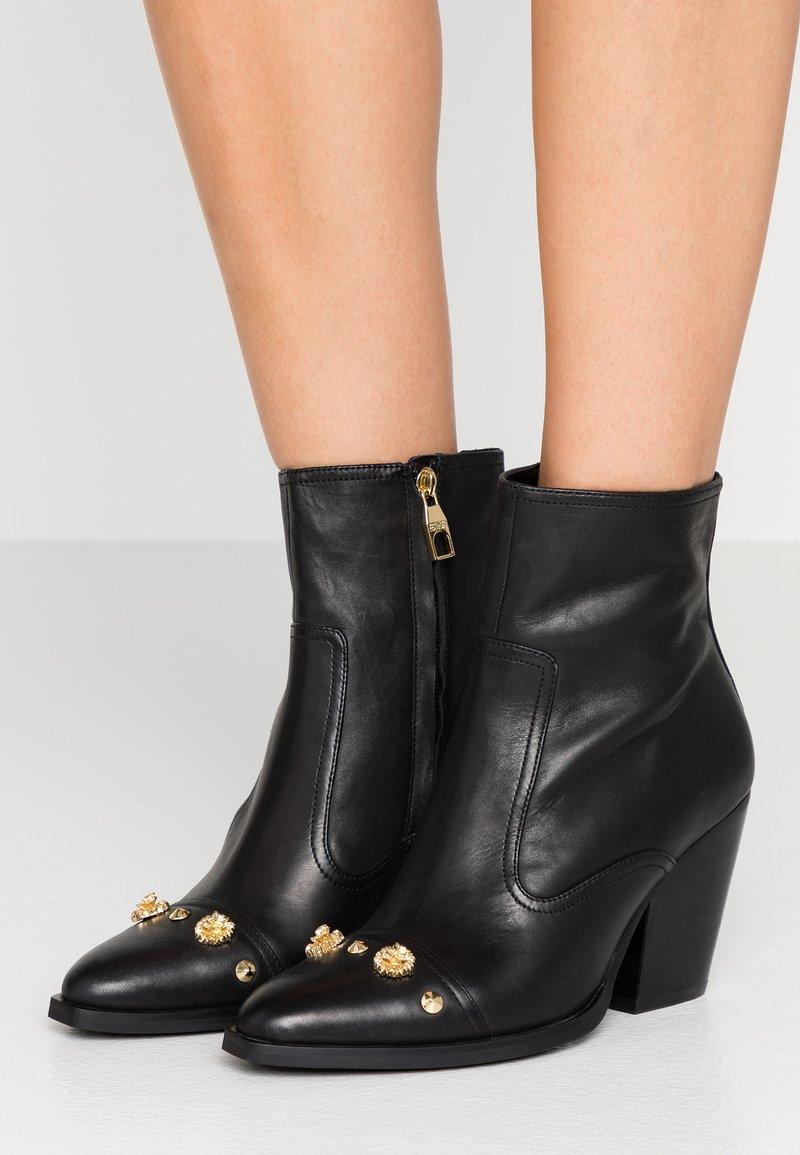 Versace Jeans Couture - LINEA FONDO CAMPEROS - Nilkkurit - black