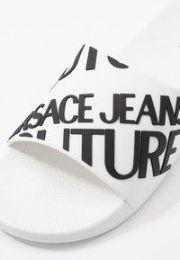 Versace Jeans Couture - Pantolette flach - white - 5