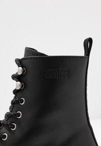 Versace Jeans Couture - Šněrovací kotníkové boty - black - 5