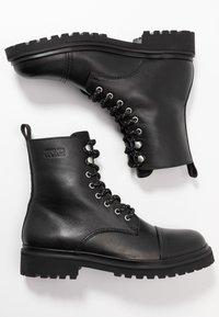 Versace Jeans Couture - Šněrovací kotníkové boty - black - 1