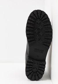 Versace Jeans Couture - Šněrovací kotníkové boty - black - 4