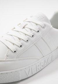 Versace Jeans Couture - FONDO CASSETTA - Baskets basses - white - 5