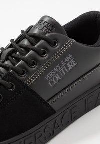 Versace Jeans Couture - FONDO CASSETTA - Sneakers laag - nero - 5