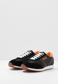 Versace Jeans Couture - Sneakersy niskie - black/orange
