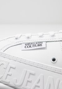 Versace Jeans Couture - CASSETTA LOGATA  - Sneaker low - white - 5