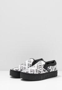 Versace Jeans Couture - Scarpe senza lacci - white - 2