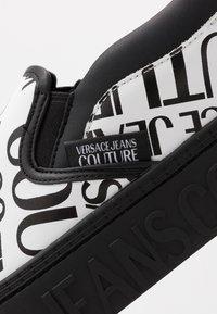 Versace Jeans Couture - Scarpe senza lacci - white - 5