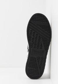Versace Jeans Couture - Scarpe senza lacci - white - 4