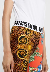 Versace Jeans Couture - Legginsy - orange - 5