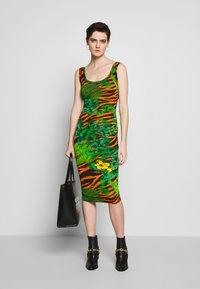 Versace Jeans Couture - Žerzejové šaty - mult scuri - 1