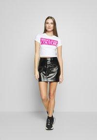 Versace Jeans Couture - LADY  - T-shirt imprimé - white/pink - 1