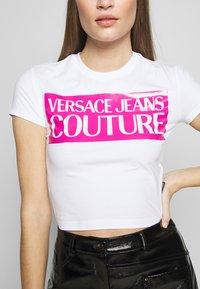 Versace Jeans Couture - LADY  - T-shirt imprimé - white/pink - 4