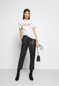 Versace Jeans Couture - T-shirts print - white/gold - 1