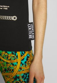 Versace Jeans Couture - Print T-shirt - black/gold - 5