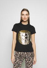 Versace Jeans Couture - T-shirt imprimé - black - 0