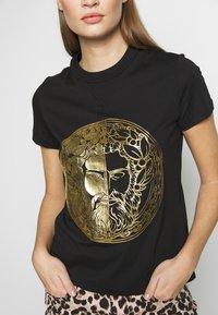 Versace Jeans Couture - T-shirt imprimé - black - 4