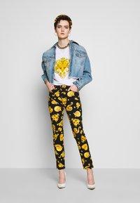Versace Jeans Couture - Triko spotiskem - white - 1