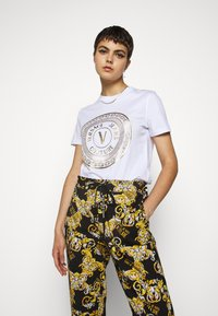 Versace Jeans Couture - T-shirts print - white - 0
