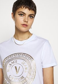 Versace Jeans Couture - T-shirts print - white - 3