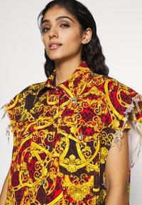 Versace Jeans Couture - LADY WAISTCOAT - Spijkerjas - racing red - 4