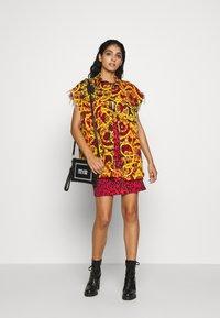 Versace Jeans Couture - LADY WAISTCOAT - Spijkerjas - racing red - 1
