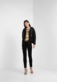 Versace Jeans Couture - Felpa aperta - nero - 1