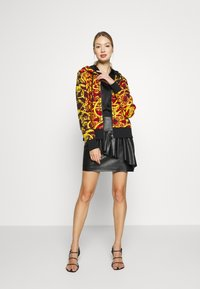 Versace Jeans Couture - LADY LIGHT SWEATER - Felpa aperta - racing red - 1