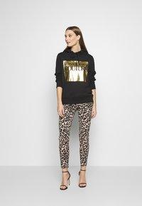 Versace Jeans Couture - LADY LIGHT SWEATER - Felpa con cappuccio - black - 1