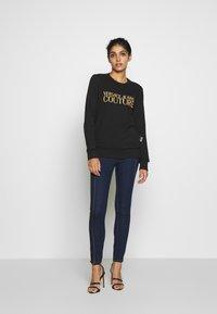 Versace Jeans Couture - LADY TROUSER - Skinny-Farkut - indigo - 1