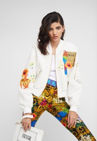 Versace Jeans Couture - LADY JACKET - Bomberjacka - panna - 3