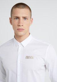 Versace Jeans Couture - CAMICIE UOMO - Skjorte - bianco ottico - 4