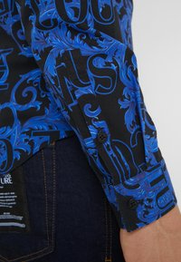 Versace Jeans Couture - BAROQUE - Camisa - black/blue - 4