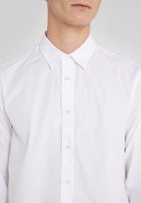 Versace Jeans Couture - CAMICIE  - Shirt - bianco ottico - 4