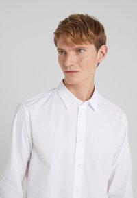 Versace Jeans Couture - CAMICIE  - Shirt - bianco ottico - 3