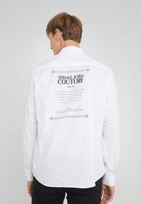 Versace Jeans Couture - CAMICIE  - Shirt - bianco ottico - 2