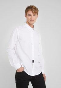 Versace Jeans Couture - CAMICIE  - Shirt - bianco ottico - 0