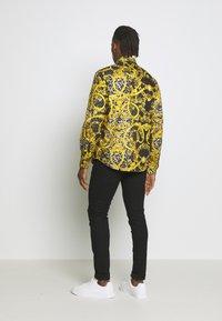 Versace Jeans Couture - ALLOVER PRINT - Koszula - black - 2