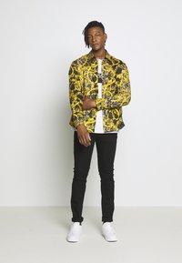 Versace Jeans Couture - ALLOVER PRINT - Košile - black - 1