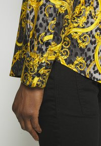 Versace Jeans Couture - ALLOVER PRINT - Koszula - black - 5